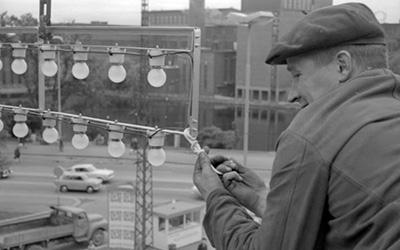 Työntekijä asentamassa Valoviikkojen valoja vuonna 1966