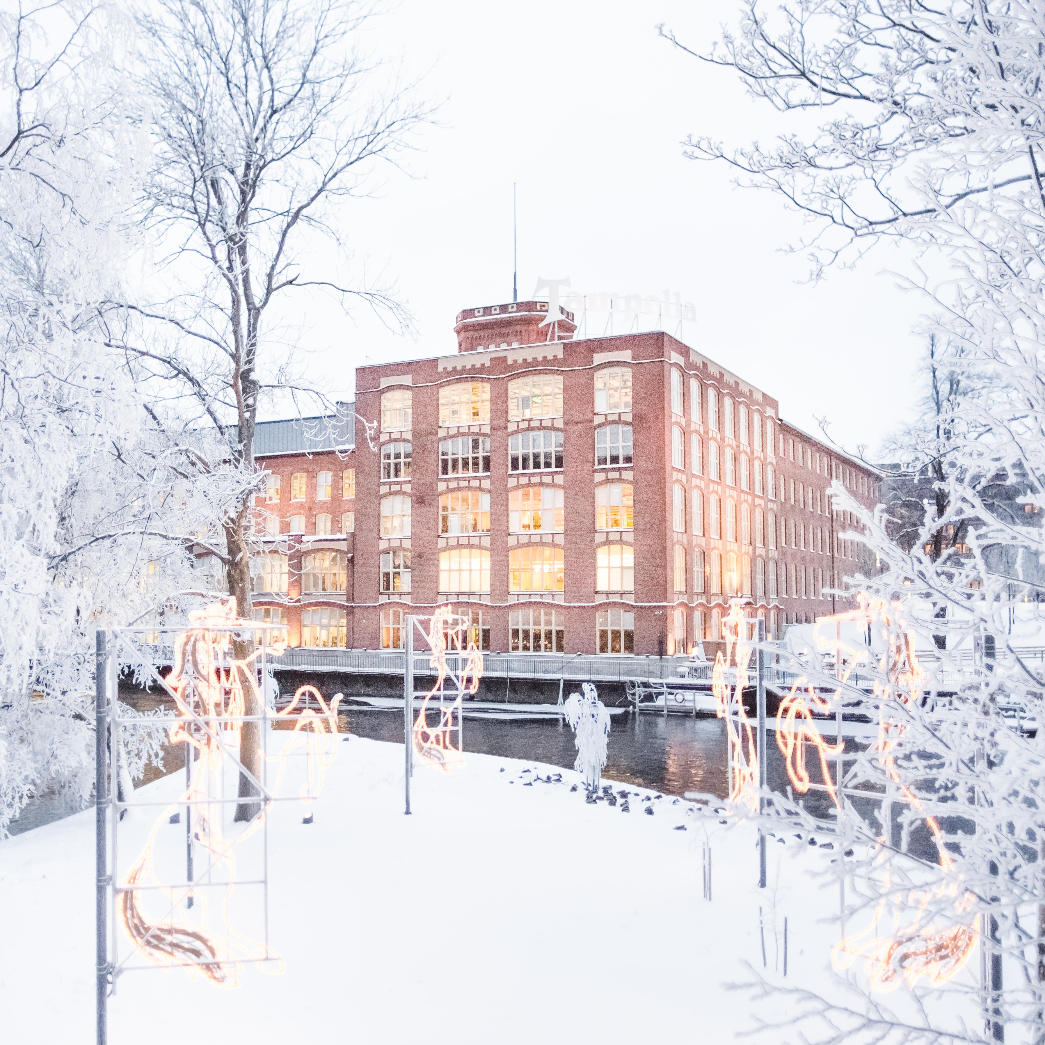 Hevosen muotoisia valokuvioita lumisessa Konsulinsaaressa. Taustalla Tampellan rakennus.