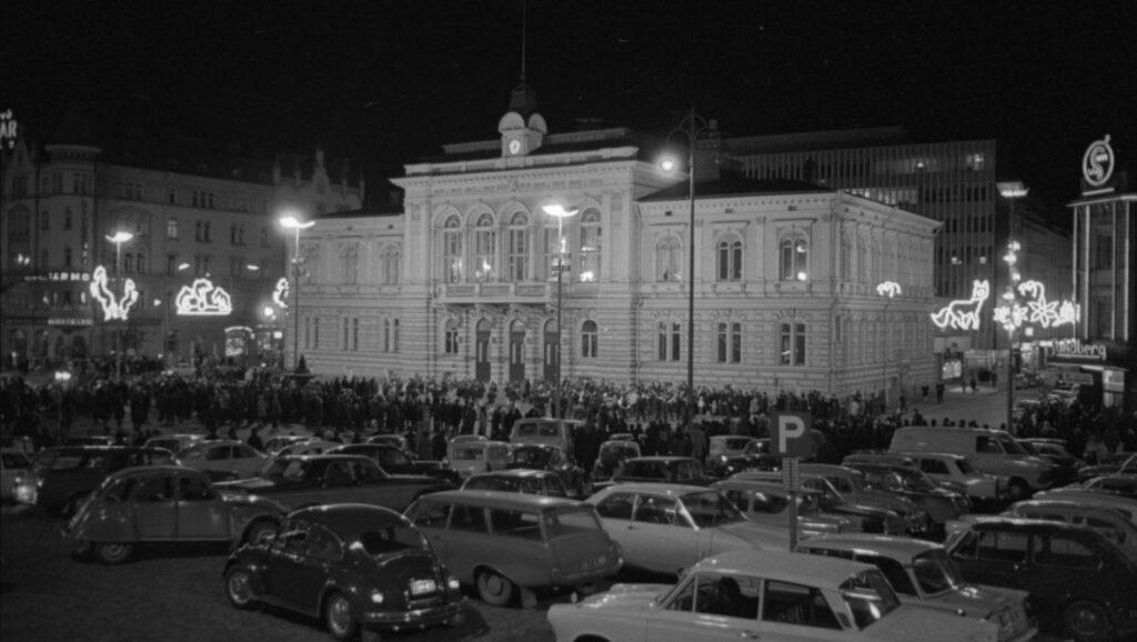 Autoja ja yleisöä Tampereen Raatihuoneen edessä Valoviikkojen avajaisissa 1966